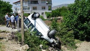 Hafif ticari araç, şarampole devrildi: 3 yaralı