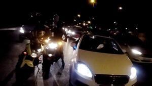 Öfkeden deliye dönen motosikletli otomobilin önünü kesti