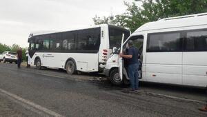 Minibüs, durakta yolcu alan otobüse çarptı: 7 yaralı