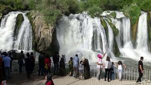 Muradiye Şelalesine ziyaretçi akını