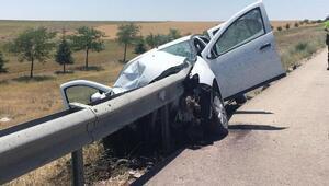 Bariyer otomobile ok gibi saplandı: 2 yaralı