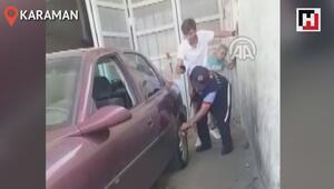 Otomobilin tekerine giren yılan, itfaiye çalışanının elini soktu