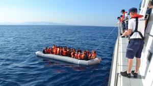 Foçada denizde sürüklenen 53 kaçak göçmen kurtarıldı