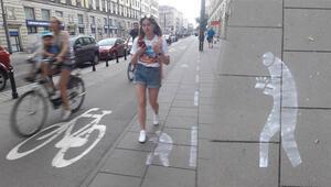 Polonyada yayalar için akıllı telefon yolu