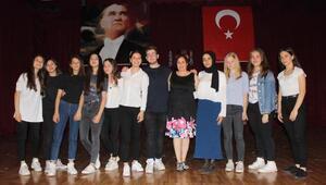 Liseli kız öğrenciler Can Kırıkları filmi ile kadına şiddete dikkat çekti