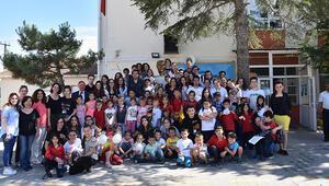 Liselilerden köy okulu öğrencilerine destek