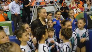 Şampiyon jimnastikçi Ayşe Begüme sevgi seli