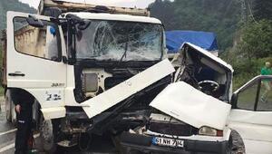 Kamyonla kamyonet çarpıştı: 1i ağır 2 yaralı