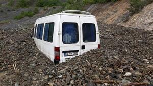Minibüs kayan toprağın altında kaldı, sürücü kurtarıldı