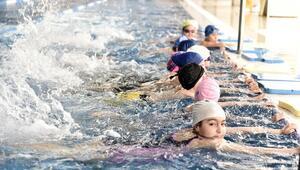 Serinlemek isteyen havuza koşuyor