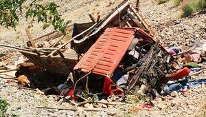 Artvin'de kamyon şarampole yuvarlandı: 1 ölü, 8 yaralı