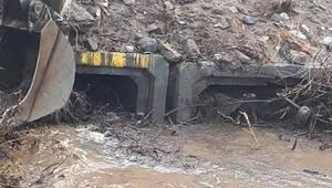 Alaşehirde sel suları 2 traktörü yuttu