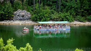 Yüzer platformda eşsiz göl manzarası