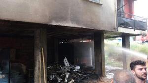 İzolasyon malzemelerinin tutuştuğu binada, 5 kişi dumandan etkilendi