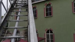 Cami kubbesinde sıkışan leyleğiitfaiye kurtardı