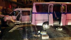 Manisada işçi servis minibüsü devrildi: 13 yaralı