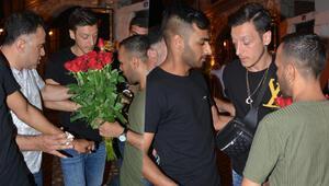 Mesut Özilin gergin anları... Etrafını sardılar