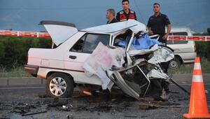 İzmirde iki otomobil çarpıştı: 3 ölü, 1 yaralı