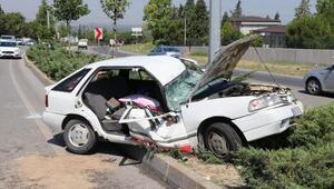 Otomobil, aydınlatma direğine çarptı: 2si çocuk 5 yaralı