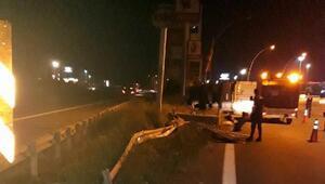 TEMde TIR devrildi; sürücü yaralandı