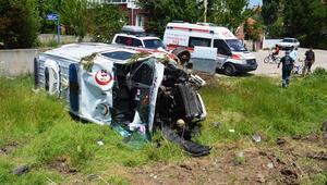 Çubukta ambulans ile otomobil çarpıştı: 6 yaralı