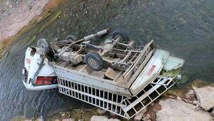 Malatyada dereye devrilen kamyonetteki 2 kişi yaralandı