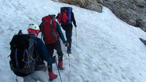 Demirkazık Dağında çığ altında kalan dağcı aranıyor