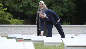 Bakan Varank Türk Şehitliği'ni ziyaret etti