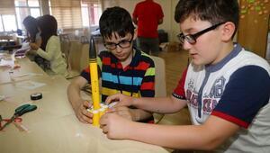Geleceğin mühendislerine maket roket eğitimi