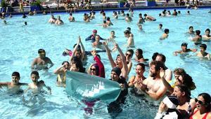 Tesettür mayo ile yüzdüler diye aşırı sıcaklara rağmen havuzlar kapatıldı
