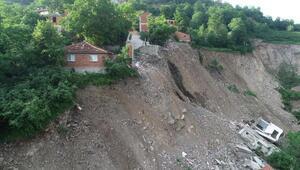 Heyelanlı mahallede yamaçtaki evler askıda kaldı