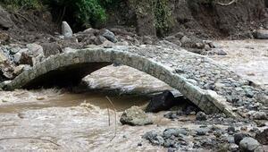 Araklıdaki selde, sadece tarihi kemer köprü ayakta kaldı