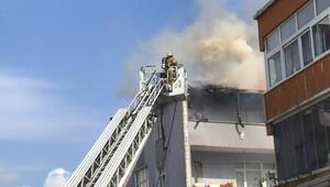 Küçükçekmecede çatı yangını