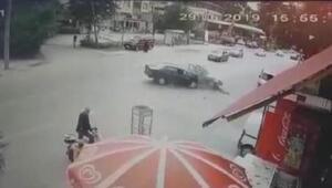 İki otomobilin çarpıştığı kaza kamerada