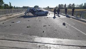 Düğün dönüşü kazada ikiye bölünen otomobildeki 2 kişi öldü