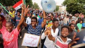 Sudanda binlerce eylemci sokaklara indi