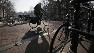Hollandada bisiklet sürücülerine telefon yasağı