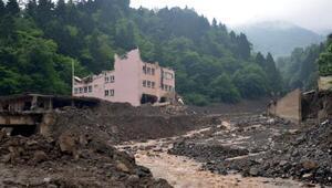 Araklıdaki selde hasar gören okul yıkıldı, kayıplar aranıyor