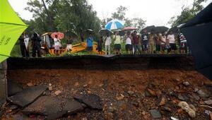 Hindistanda yağış nedeniyle çöken duvarlar çok sayıda can aldı