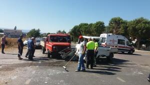 Burhaniyede kamyonetler çarpıştı: 4 yaralı
