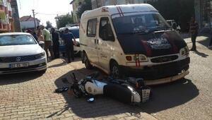 Minibüsle çarpışan motosikletli yaralandı
