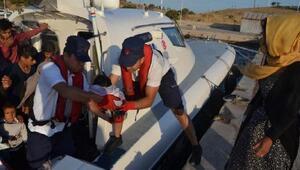 Foçada, botla denizde sürüklenen kaçak göçmenler kurtarıldı