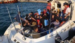 Foçada botla denizde sürüklenen kaçak göçmenler kurtarıldı