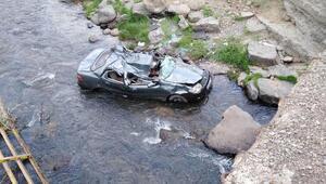 Dereye yuvarlanan otomobildeki kuzenlerden biri öldü, diğeri yaralı