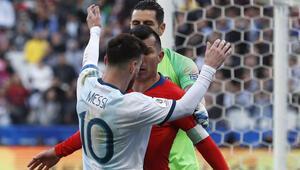 Messi ile Medel fena kapıştı Kırmızı çıktı...