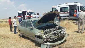 Çınarda otomobil tarlaya devrildi: 3 yaralı