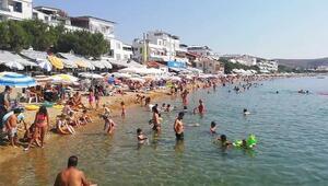 Avşa Adasında sıcaktan bunalan tatilciler kendini denize attı