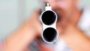 Pompalı tüfekli dehşet Kapı deliğinden bakan kadına ateş etti