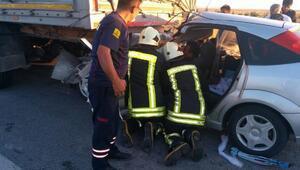 Otomobil, TIRa çarptı: 6 yaralı