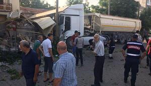 Servis otobüsü ile hafriyat kamyonu çarpıştı: 2si ağır 13 yaralı